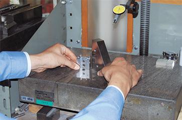 クランクを使用して、基準ブロック製作やワークの精度チェックに使用